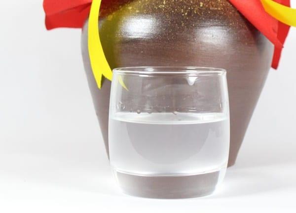Rượu để ngâm phải là rượu nếp ngon, từ 35 - 40 độ